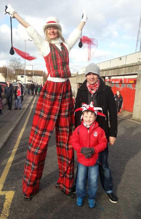 crowdpuller/Circus_Scotland_Tartan_stiltwalker_aberdeen_Football_Club.jpg