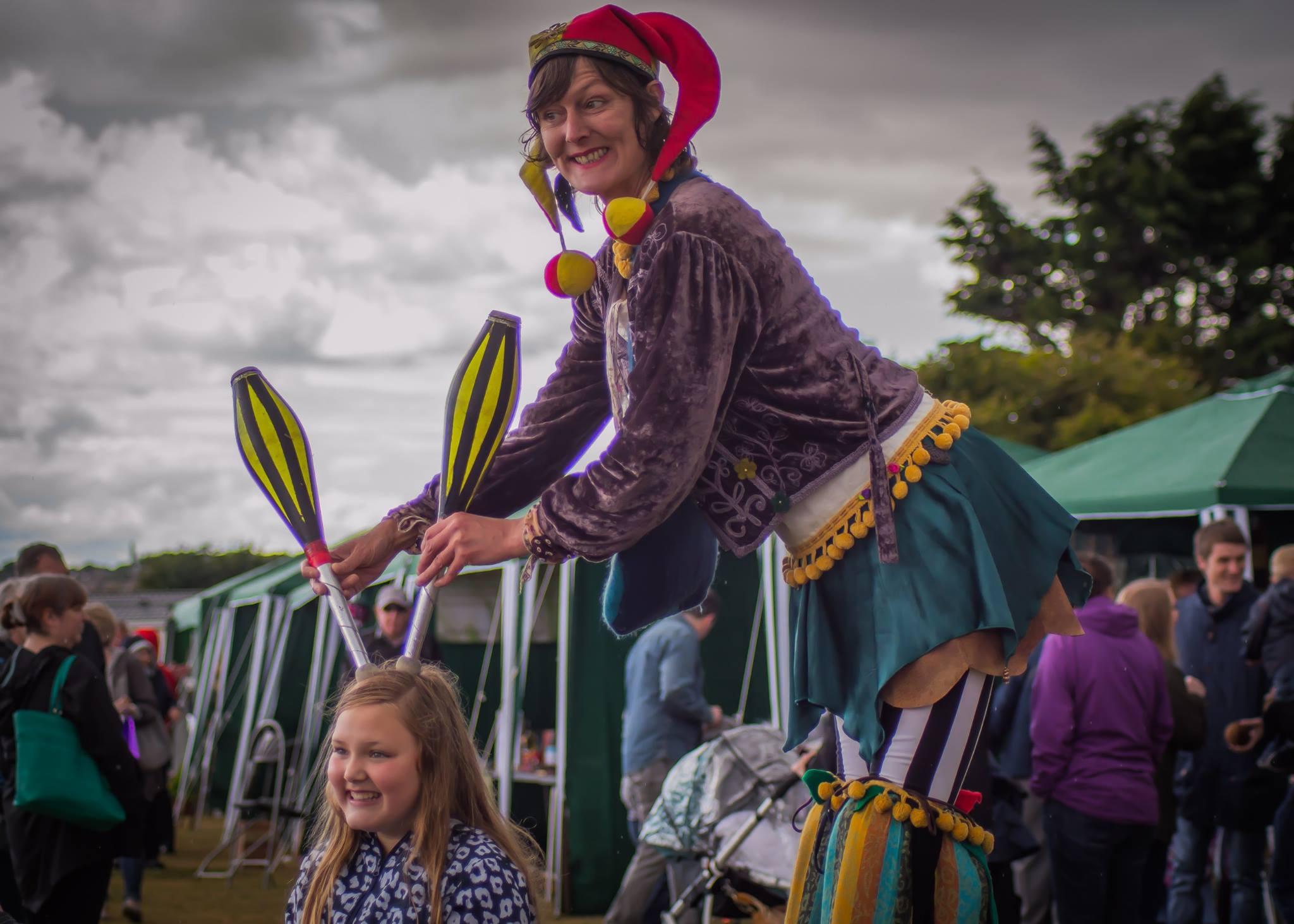 crowdpuller/Circus_scotland_stiltwalker_stiltwalking_stilts_juggling_jester_2017.jpg