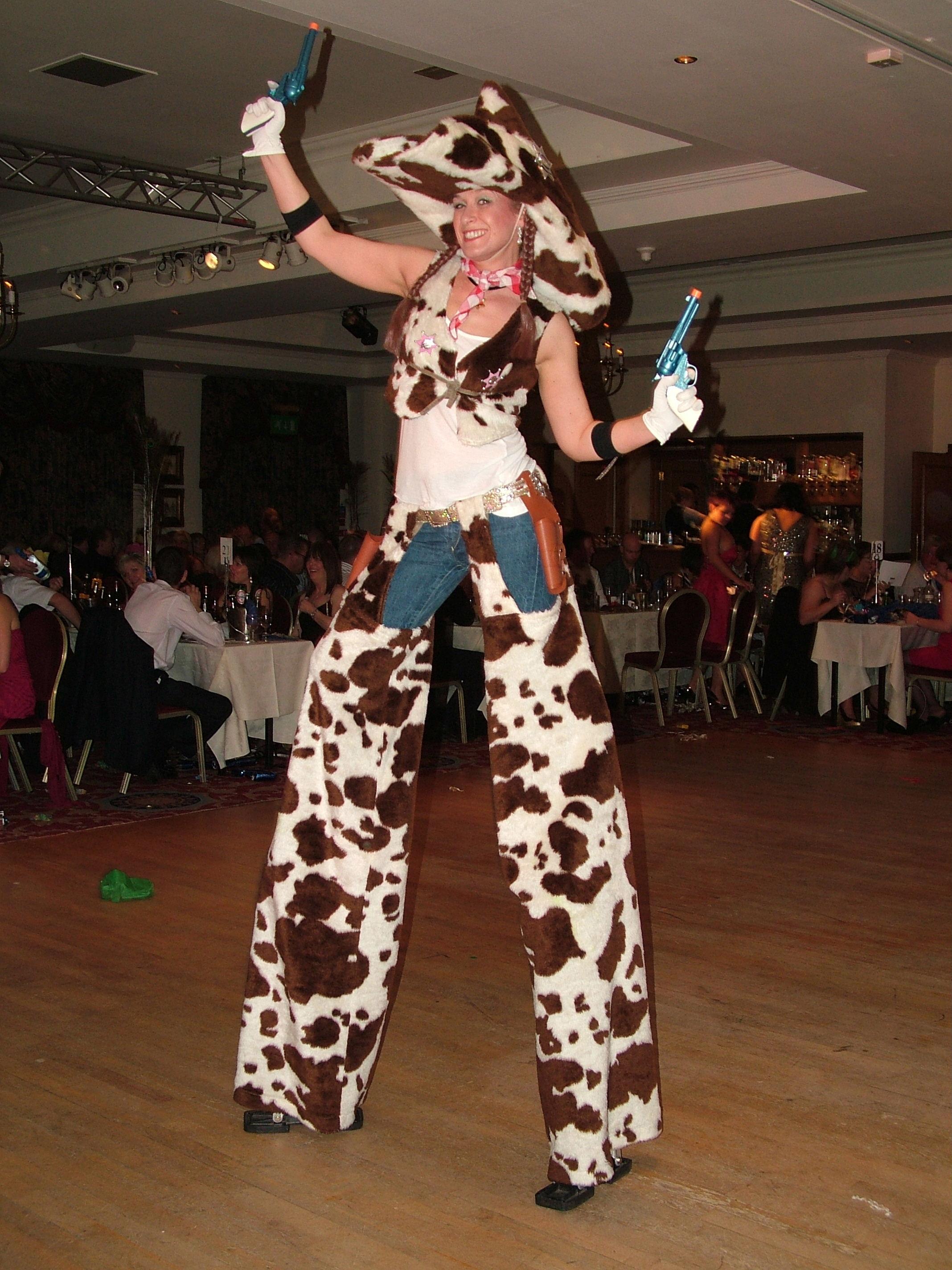 crowdpuller/cowgirl_stiltwalker_scotland_western.jpg